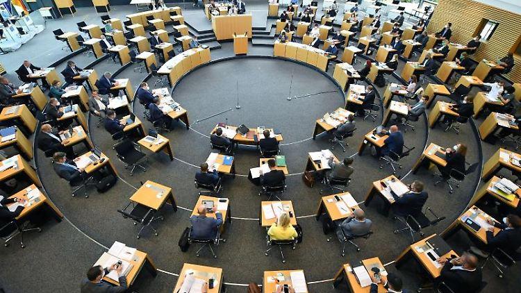 Abgeordnete und Landesregierung sitzen im Plenarsaal des Thüringer Landtags. Foto: Martin Schutt/dpa-Zentralbild/dpa/Archivbild