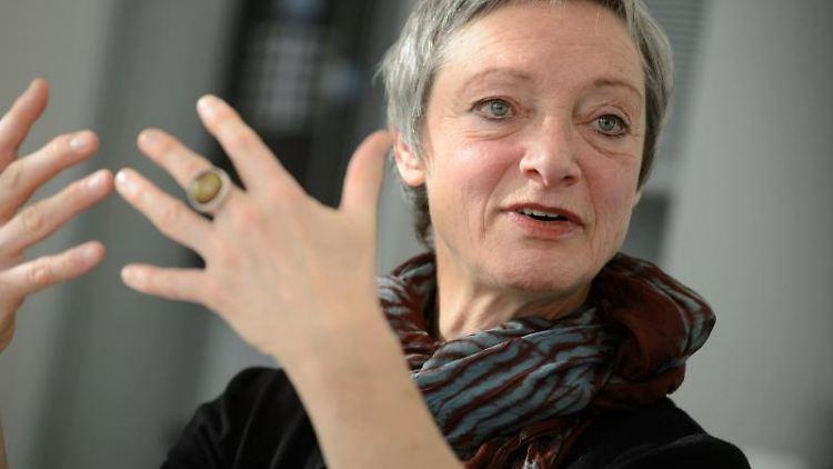 Christa Niemeier spricht. Foto: Sina Schuldt/dpa/Archivbild