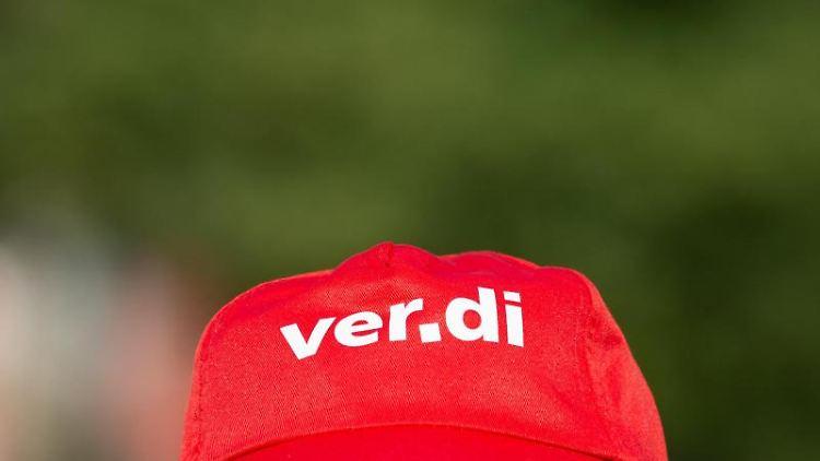 Ein Angestellter trägt eine Mütze mit dem Verdi-Logo. Foto: Christophe Gateau/dpa/Symbolbild