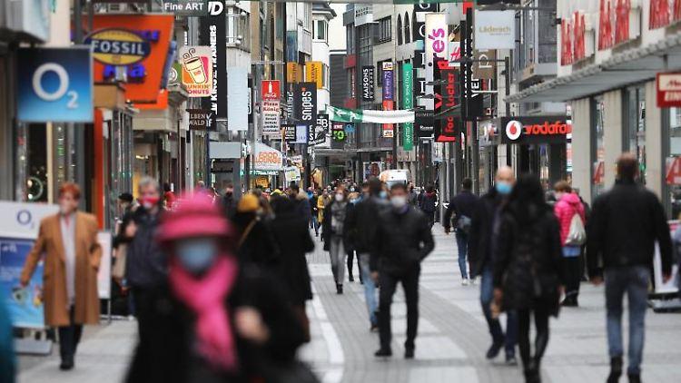 Menschen gehen durch die Fußgängerzone Hohe Straße. Foto: Oliver Berg/dpa/Symbolbild