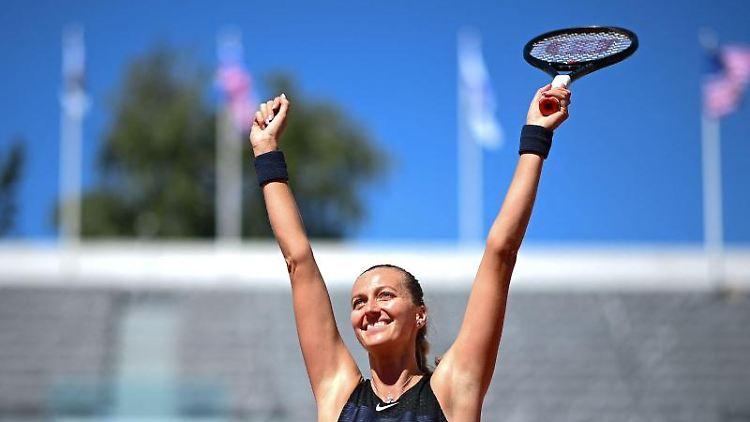 Petra Kvitova jubelt nach ihrem Sieg. Foto: Christophe Archambault/AFP/dpa/Archivbild