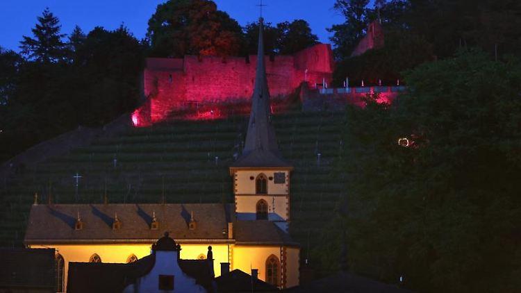 Rötlich beleuchtet ist Clingenburg über der Altstadt. Foto: Karl-Josef Hildenbrand/dpa/Symbolbild