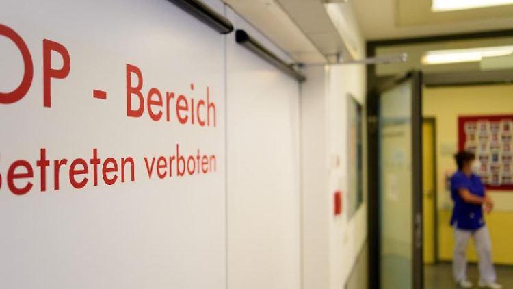 """Die Tür zum OP-Bereich im Krankenhaus mit dem Vermerk """"Betreten verboten"""". Foto: Soeren Stache/dpa-Zentralbild/ZB/Symbolbild"""