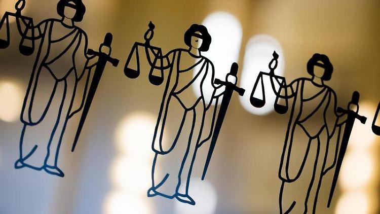Justitia-Abbildungen sind an einer Scheibe zu sehen. Foto: Rolf Vennenbernd/dpa/Archivbild