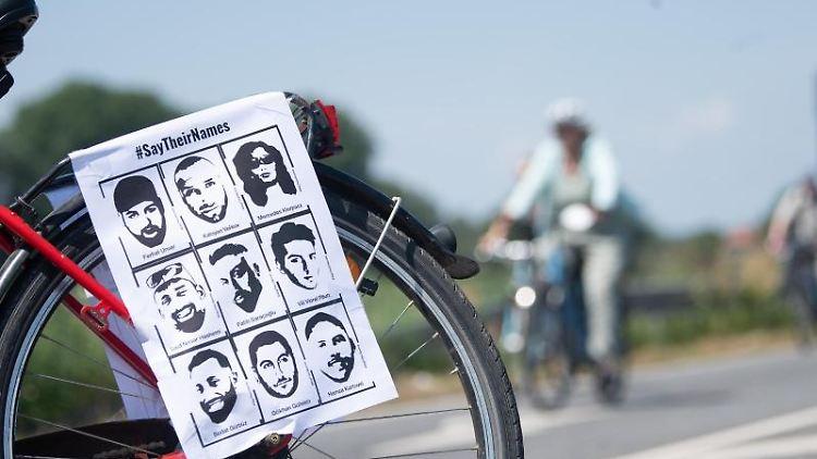 Ein Fahrrad mit dem Konterfei der Opfer während der Fahrradsternfahrt