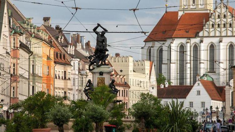 Der Herkulesbrunnen in der Maximilianstraße in Augsburg. Foto: Stefan Puchner/dpa