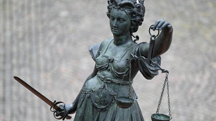 Eine Statue der Justitia hält eine Waage und ein Schwert in der Hand. Foto: Arne Dedert/dpa/Symbolbild