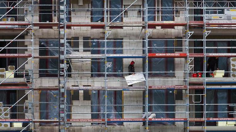 Zwei Arbeiter auf einem Gerüst von einem Rohbau auf einer Baustelle. Foto: Soeren Stache/dpa-Zentralbild/dpa/Symbolbild