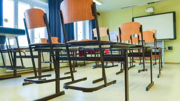 In einem leeren Unterrichtsraum an einer Grundschule stehen die Stühle auf den Tischen. Foto: Patrick Pleul/dpa-Zentralbild/dpa/Symbolbild