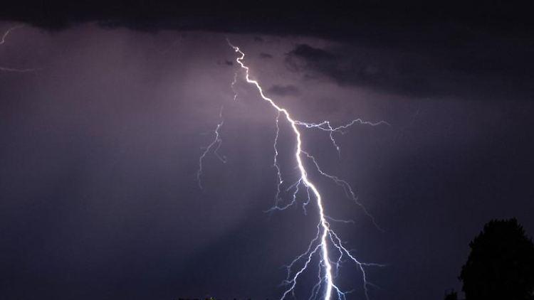 Blitze gehen während eines Gewitters in der Nacht nieder. Foto: Robert Michael/dpa-Zentralbild/dpa/Symbolbild