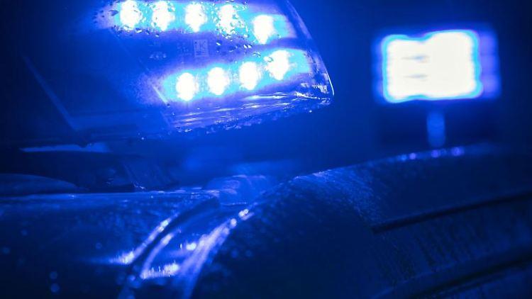 Ein Blaulicht leuchtet auf einem Polizeifahrzeug. Foto: Jens Büttner/ZB/dpa/Symbolbild