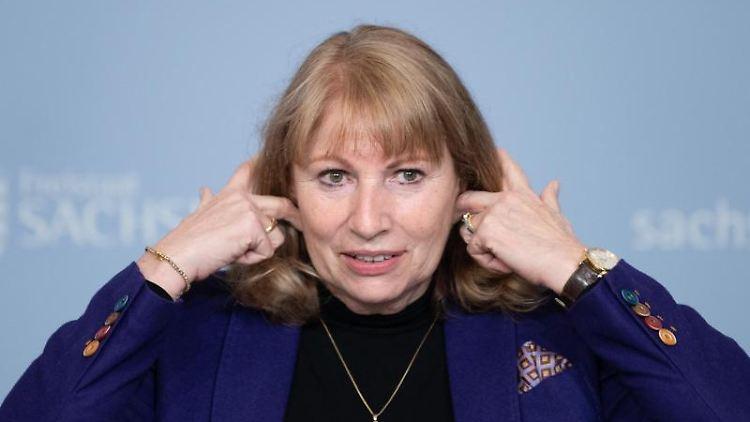 Petra Köpping (SPD), Gesundheitsministerin von Sachsen, gestikuliert. Foto: Sebastian Kahnert/dpa-Zentralbild/dpa