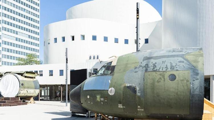 Teile eines zerlegten Transport-Flugzeugs sind vor dem Schauspielhaus in Düsseldorf ausgestellt. Foto: Marcel Kusch/dpa/Archivbild