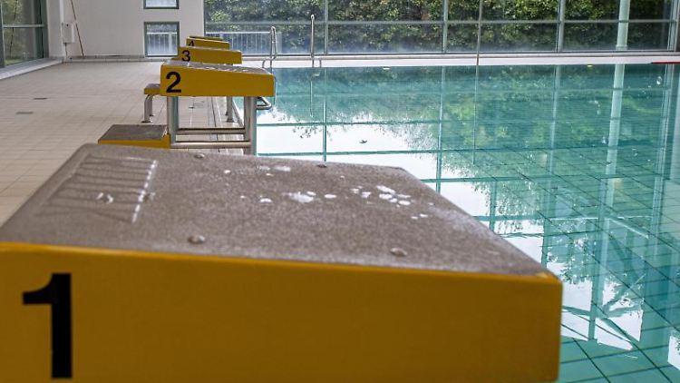 Blick auf die leeren Startblöcke in einem Schwimmbad. Foto: David Inderlied/dpa/Symbolbild