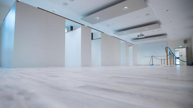 Einzelne Behandlungskabinen stehen in einem leeren Raum des zukünftigen neuen Impfzentrums Wismar auf dem Gelände der Hochschule. Foto: Jens Büttner/dpa-Zentralbild/dpa
