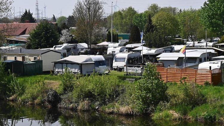 Bewohnte und unbewohnte Campingfahrzeuge stehen auf einem Campingplatz. Foto: Soeren Stache/dpa-Zentralbild/dpa/Archivbild