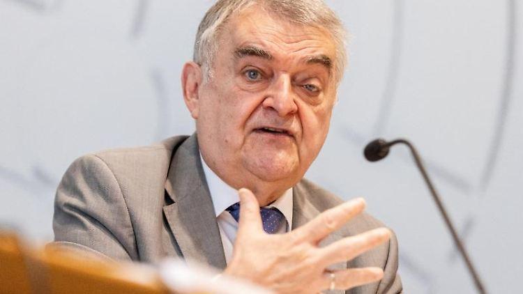 Herbert Reul (CDU), Innenminister von Nordrhein-Westfalen, spricht. Foto: Marcel Kusch/dpa/Archivbild