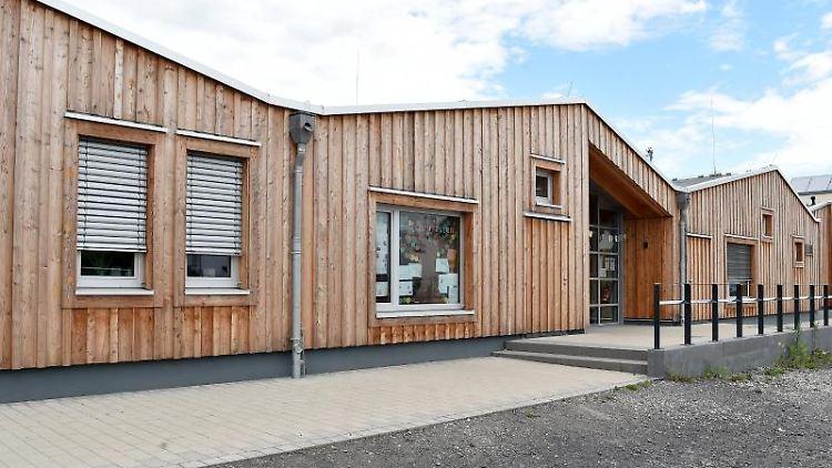 Der Holzbau einer Kita mit gestuftem Dach wird beim Tag der Architektur vorgestellt. Foto: Caroline Seidel/dpa/Archivbild