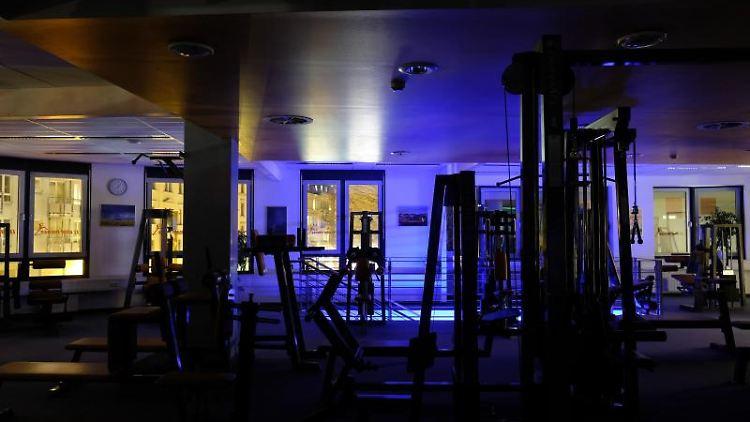 Blick in ein leeres Fitnessstudio. Foto: Sebastian Willnow/dpa-Zentralbild/dpa/Archivbild