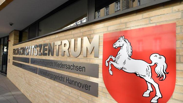 EinSchild hängt amFachgerichtszentrum in Hannover. Foto: picture alliance / Holger Hollemann/dpa