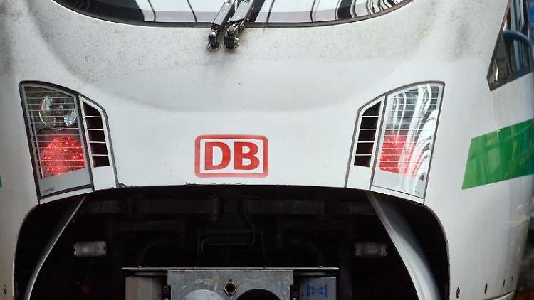 Das Logo der Deutschen Bahn ist auf der Front eines Zugs zu sehen. Foto: Bernd Thissen/dpa/Symbolbild