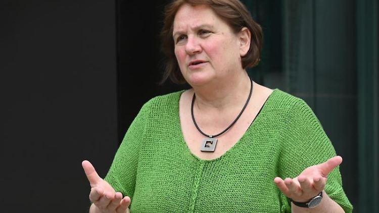Theresa Schopper (Bündnis 90 / Die Grünen), Kultusministerin von Baden-Württemberg, steht vor dem Landtag. Foto: Bernd Weißbrod/dpa