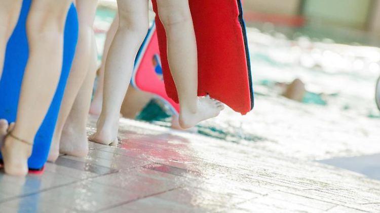 Kinder nehmen an einem Schwimmkurs für Kinder teil. Foto: Rolf Vennenbernd/dpa/Symbolbild