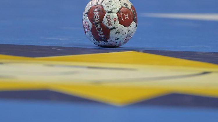 Ein Spielball liegt auf einem Handballfeld. Foto: Soeren Stache/dpa-Zentralbild/dpa/Symbolbild