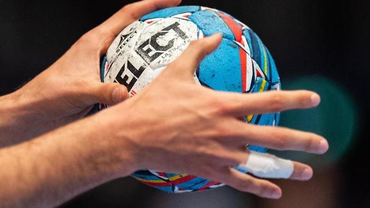 Ein Handballer hält den Spielball in den Händen. Foto: Robert Michael/dpa/Symbolbild