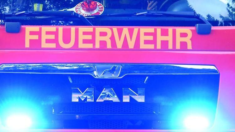 Feuerwehrmänner sitzen in ihrem Fahrzeug. Foto: Carsten Rehder/dpa/Symbolbild