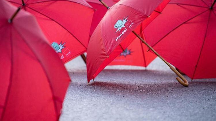 Regenschirme mit der Aufschrift