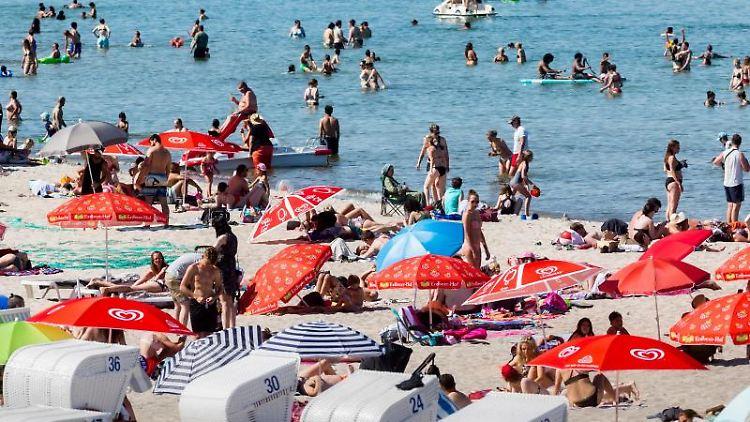 Mit Badegästen und Strandkörben gut gefüllter Strand. Foto: Markus Scholz/dpa