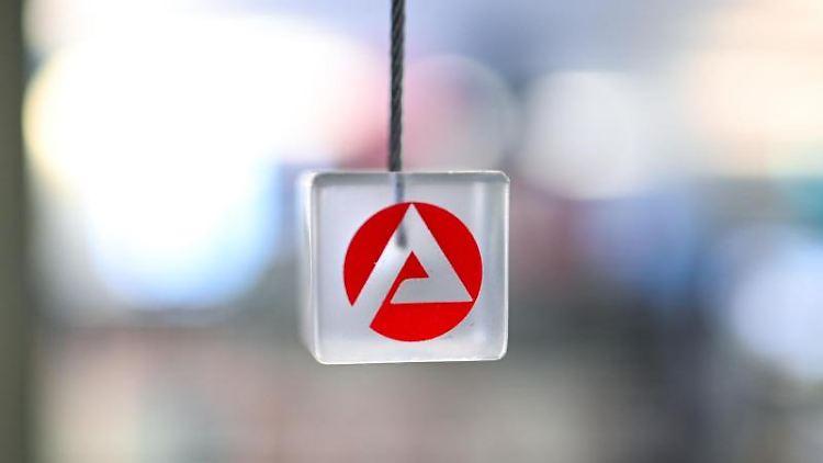 Auf einem transparenten Würfel ist das Logo der Arbeitsagentur zu sehen. Foto: Felix Kästle/dpa/Symbolbild