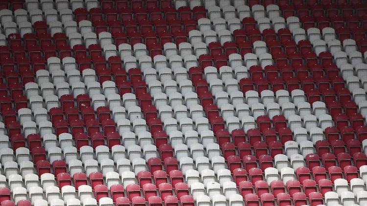 Das Logo von Mainz 05 ist auf den Rängen zu sehen. Foto: Tom Weller/dpa/Symbolbild