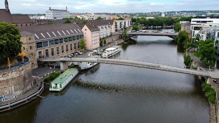 Blick auf die Walter-Lübcke-Brücke über dem Fluss Fulda. Foto: Swen Pförtner/dpa