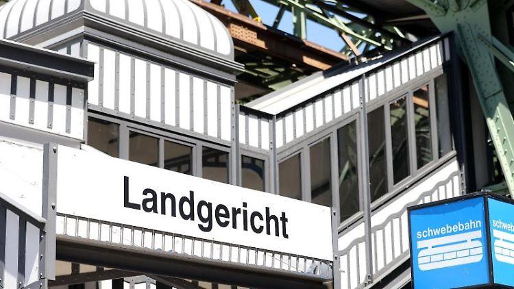 Die Schwebebahnstation Landgericht vor dem Justizzentrum in Wuppertal. Foto: Oliver Berg/dpa/Archivbild