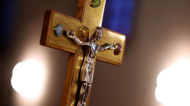 Ein Jesuskreuz steht in der römisch-katholischen Kathedralkirche Sankt Sebastian. Foto: Ronny Hartmann/dpa-Zentralbild/dpa/Archivbild