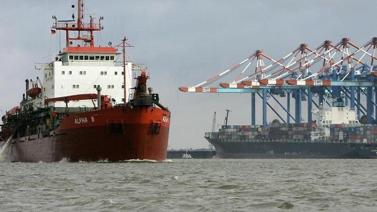 Ein Baggerschiff ist vor Bremerhaven zur Vertiefung der Außenweser unterwegs. Foto: Ingo Wagner/dpa/Archivbild