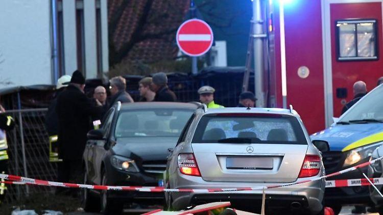 Blick auf das Auto (M), das in einen Rosenmontagsumzug in Volkmarsen gefahren ist. Foto: Uwe Zucchi/dpa/Archivbild
