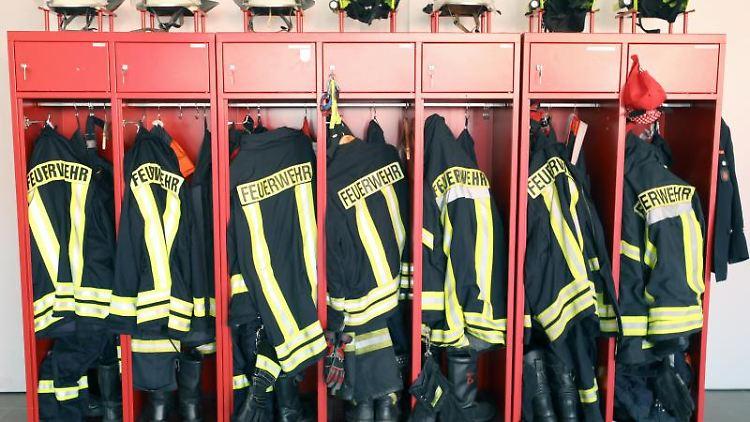 Ein Schrank mit Jacken und Helmen einer Freiwilligen Feuerwehr. Foto: Bernd Wüstneck/zb/dpa/Symbolbild