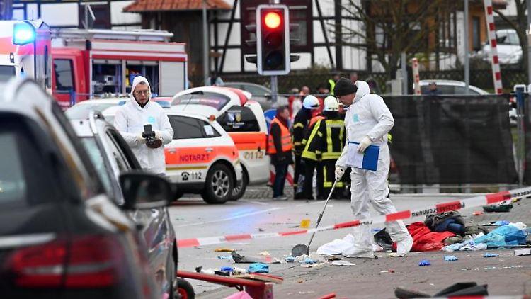 Einsatzkräfte nehmen im Februar 2020 nach einer Attacke mit einem Auto Spuren auf. Foto: Uwe Zucchi/dpa/Archivbild