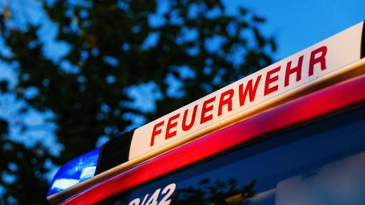 Das Blaulicht leuchtet auf dem Dach eines Einsatzfahrzeugs der Feuerwehr. Foto: Philipp von Ditfurth/dpa/Symbolbild