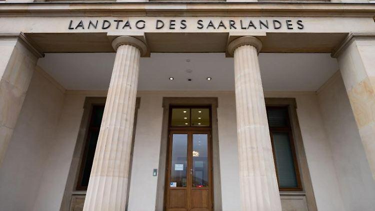 Der Eingang zum Landtags des Saarlandes. Foto: Oliver Dietze/dpa/Archivbild