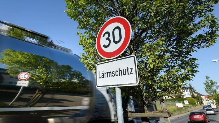Ein Schild, das auf Tempo 30 und Lärmschutz hinweist. Foto: Felix Kästle/dpa/Archivbild