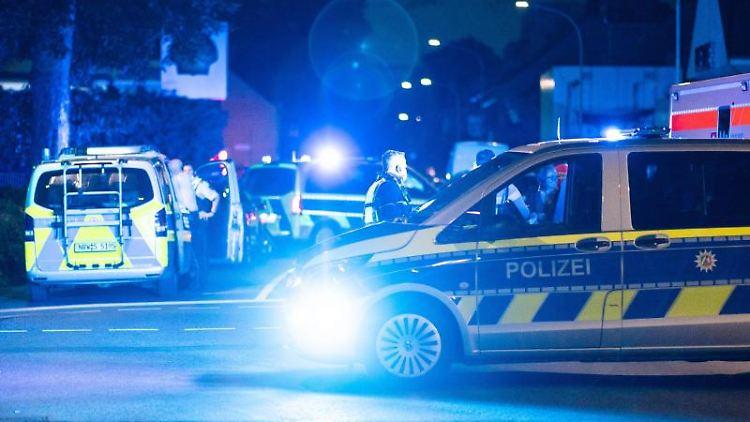 Einsatzkräfte der Polizei stehen vor einer Tankstelle. Foto: Marcel Kusch/dpa