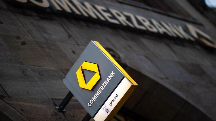 Das Logo der Commerzbank hängt an der Außenfassade einer Filiale. Foto: Daniel Karmann/dpa/Symbolbild