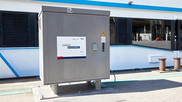 Ein Stromkasten steht auf dem Ponton der Landungsbrücke 4. Foto: Georg Wendt/dpa