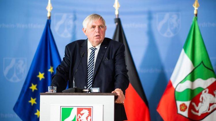 Karl-Josef Laumann, nordrhein-westfälischer Gesundheitsminister, spricht auf einer Pressekonferenz. Foto: Jonas Güttler/dpa