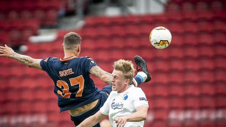 Mikkel Kaufmann (r) vom FCKopenhagen kämpft um den Ball. Foto: Mads Claus Rasmussen/Ritzau Scanpix/AP/dpa/Archivbild