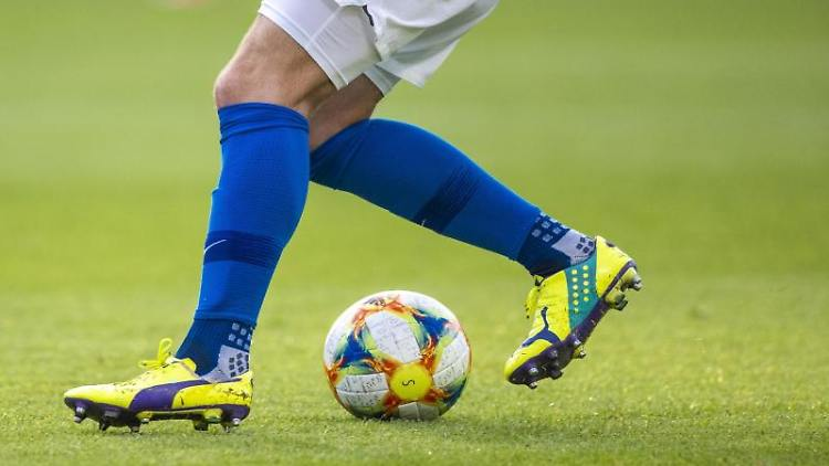 Ein Fußballspieler spielt den Ball. Foto: Jens Büttner/dpa-Zentralbild/ZB/Symbolbild